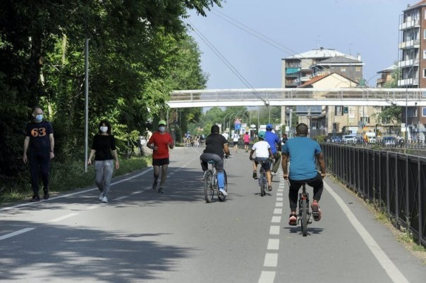 Runners, cyclists and walkers share the path between Corsico and Milan.