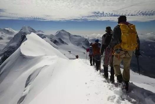 Escaladores en la cresta que marca la frontera entre Suiza (izquierda) e Italia (derecha).