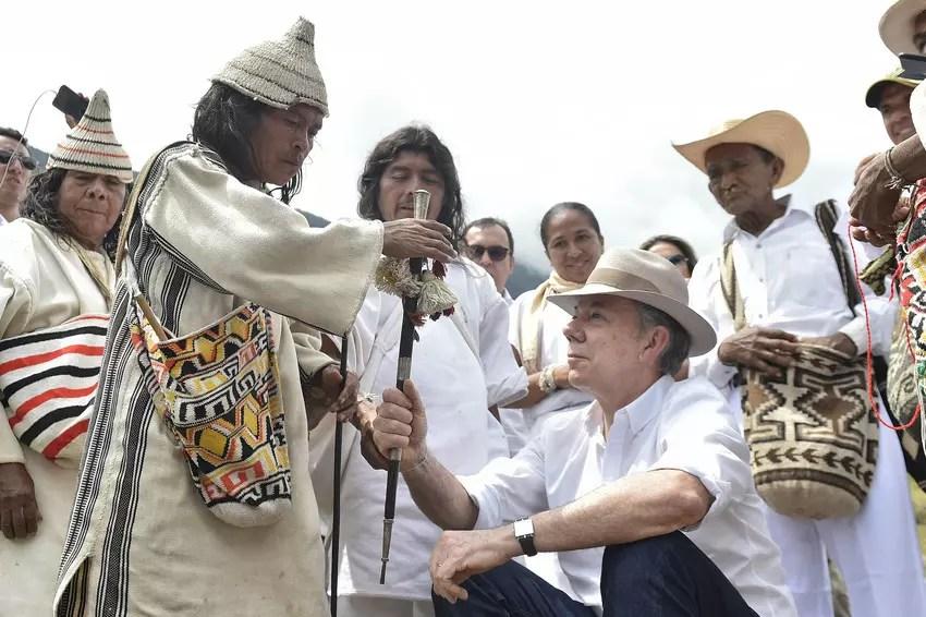 El Presidente Santos viajó a San Miguel, en las faldas de la Sierra Nevada de Santa Marta, para devolver el bastón que se le dio hace ocho años como símbolo de aprobación.