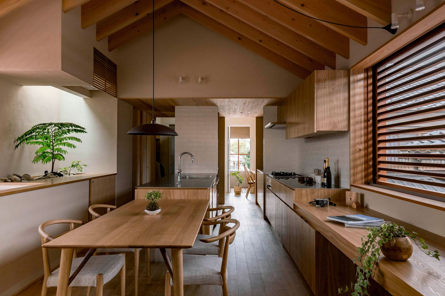 Warm minimalism shoei house in japan by hearth architects for Style minimaliste