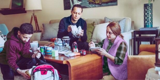 Uma família preparando um kit de emergência