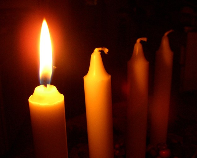 9550-close-up-of-a-first-lit-advent-candel-pv