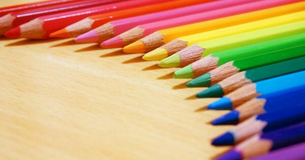 弧を描く色鉛筆
