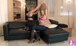 Lésbicas loirinhas bem danadas na divertida sacanagem