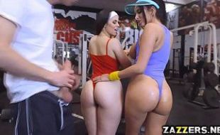 Duas morenas gostosas fodendo com seu personal da academia  pois são bem safadas