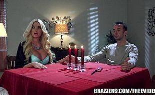 Namorada loira fodendo com seu namorado a luz de velas ela e bem safada mais gosta de fazer um sexo romântico