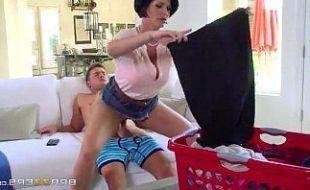 Dona de casa gostosa sentando no cacete grande