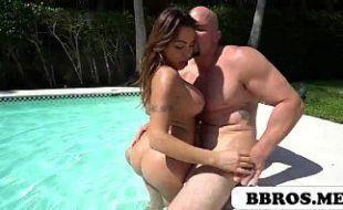 Irma novinha fazendo um boquete na piscina de casa