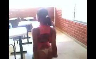 Novinha deliciosa ficou pelada na escola