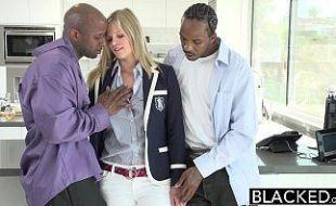 Loira branquinha fazendo suruba com dois negros no motel barato