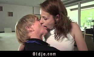 Pai gozando dentro da buceta da sua filha