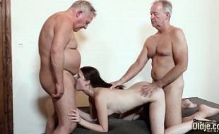 Velhos abusando de novinha inocente dentro de hotel