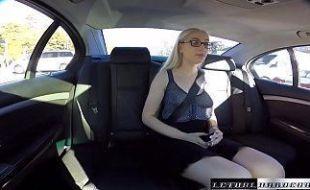 Perdendo a virgindade dentro do carro