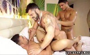 Trio de garotos nacionais fazendo suruba insana