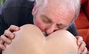 Filha safada fodendo com papai coroa