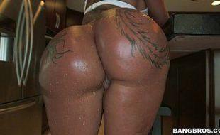 Negra amadora tendo sua xota arrombada pelo patrão branco
