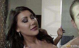 No banho com seu namorada linda e cheirosa que deixa o seu namorado muito feliz com seu buceta grande