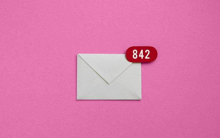 An envelope with a notification for 842 unread emails