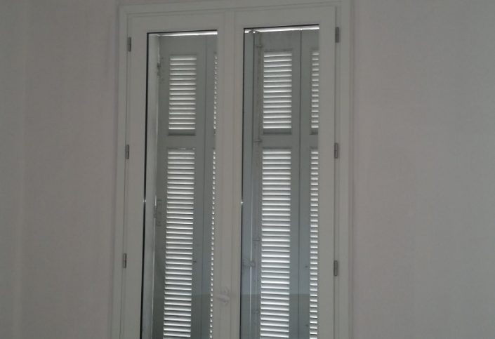 r novation de fen tres en bois blanc antibes assis 39 stores. Black Bedroom Furniture Sets. Home Design Ideas
