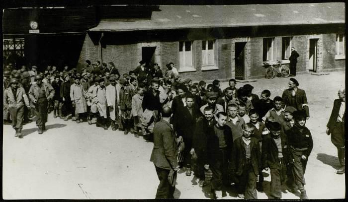 Photographie d'un groupe d'enfants libérés de Buchenwald © AFBDK