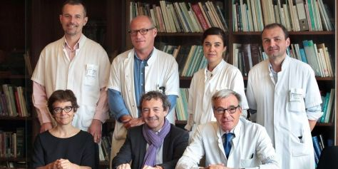 autour-du-professeur-francois-xavier-mahon-hematologue-et-directeur-de-bergonie-au-centre-devant-lequipe-des-medecins-cancerologues-de-linstitut-presents-a-chicago