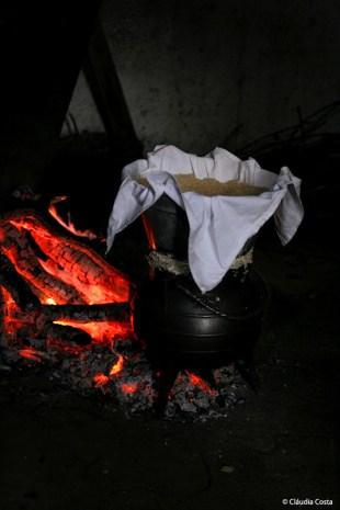 O cusco é colocado a cozer a vapor envolto num pano de linho numa cuscuzeira.