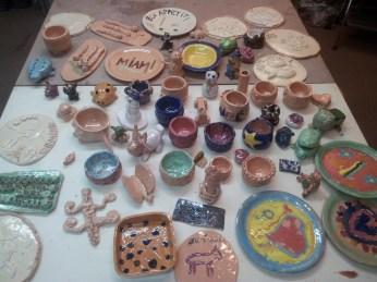 Une belle table de poteries colorées par les engobes