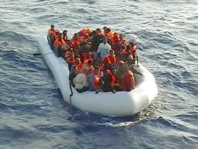 20090825 - AGRIGENTO - SOI - IMMIGRAZIONE: GDF SOCCORRE GOMMONE AL LARGO DI LAMPEDUSA. Il soccorso in mare dei 57 immigrati clandestini da parte di una unità della Guardia di Finanza oggi 25 Agosto 2009. I migranti sono complessivamente 57, tra i quali quattro donne; tutti sono stati trasbordati sul pattugliatore d'altura G100 ''Lippi'' della Guardia di Finanza e sulla motovedetta CP40 della Guardia Costiera. Tranne uno di loro, che su indicazione dei medici e' stato trasferito a Lampedusa, sono tutti in discrete condizioni di salute. Le due unita' hanno poi fatto rotta verso Porto Empedocle, dove gli extracomunitari sono sbarcati. ANSA/Gruppo Aeronavale Guardia di Finanza/i51