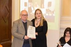 La giurata Alessandra Prospero premia Elvio Angeletti, vincitore di una Segnalazione