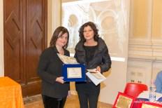 Michela Zanarella premia Maria Carla Bariffi, 2° premio assoluto per la sezione haiku