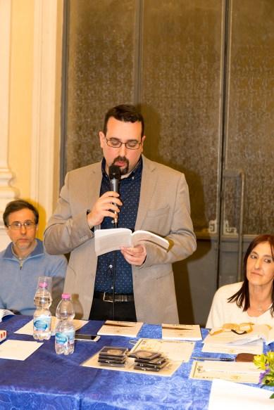Lorenzo Spurio, Presidente del Premio, legge la motivazione di conferimento del Premio alla Memoria alla poetessa calabrese Giusi Verbaro