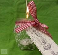 Inserite la candelina con il fondo di metallo nel vasetto e accendete lo stoppino con un lungo stuzzicadenti.