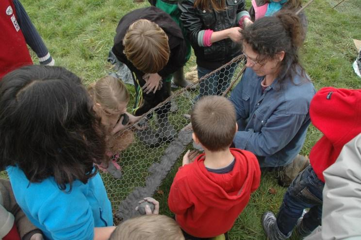 Gaëlle Hautbmann avec les élèves de Kergrits-Moëlou à Trémargat