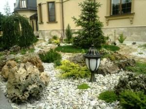 Каменистый сад с глыбами Степняк. Декоративный садовый светильник
