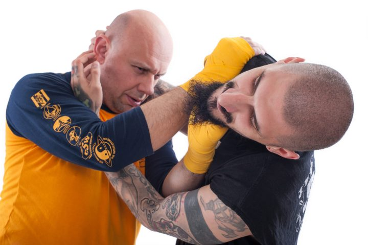 mężczyźni ćwiczący samoobronę; kurs na instruktora samoobrony