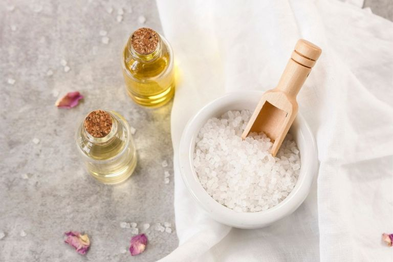 How to make an exfoliating scrub at home for soft hands and feet
