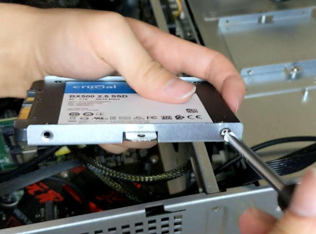 トレイを外してSSDを取り付けます