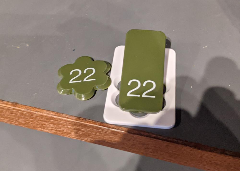 亀塚温泉:右のクリップを靴につけ、左の番号札を持っておきます