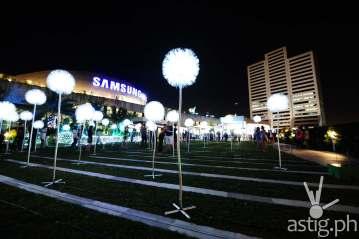 SM Aura Giant Dandelions Christmas