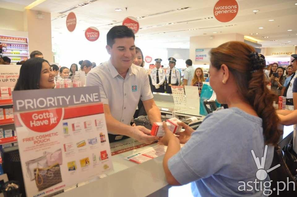 Edu and Lorna help shoppers