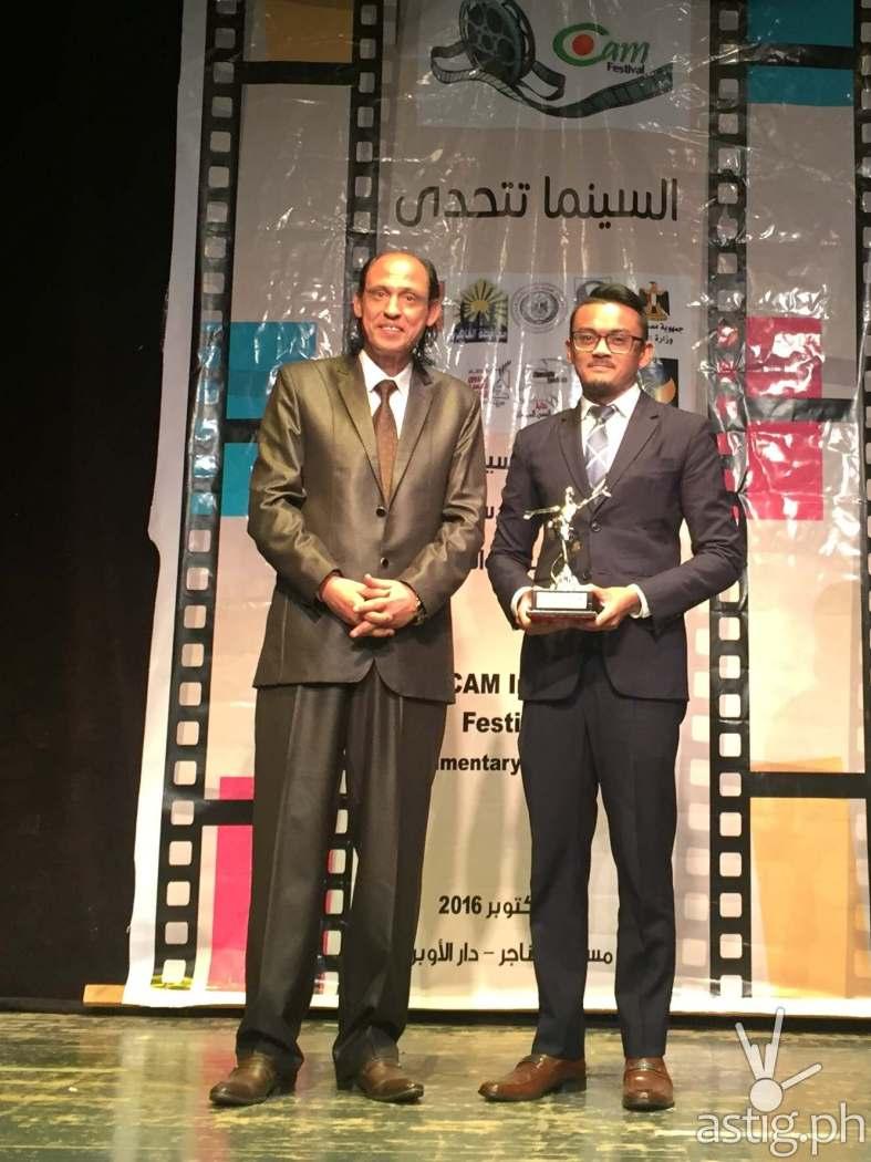 Jahzeel Abihail Cruz with the award for Caretaker beside Alaa Nasr