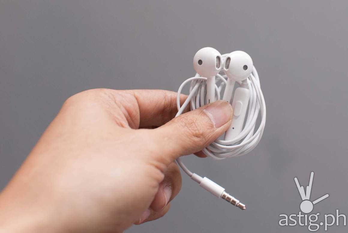 OPPO F7 earphones looking a lot like earbuds from Apple