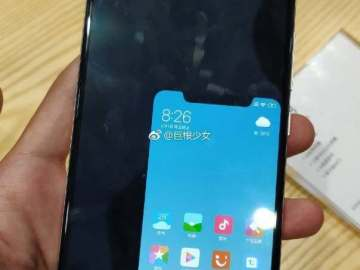 Xiaomi Mi 8 showing notch in one-handed mode