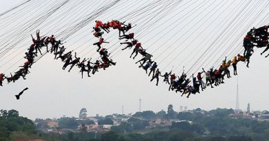 World Record: 245 People Jumps Off a Bridge at the Same Time