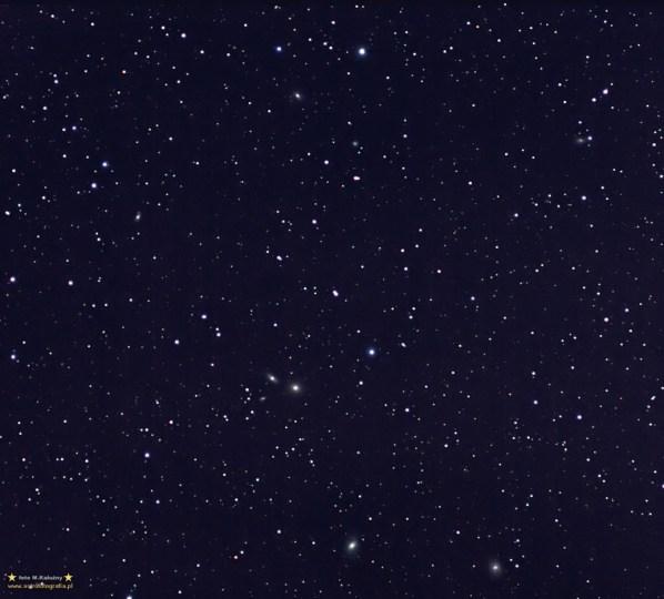 """Lew grupa galaktyk M105 - M95 - M96 Pentacon 300/4 @f:4,5 ISO800 ekspozycje 120 i 160 sekund (sumarycznie 68 minut). Montaż EQ5. Tym razem męczyłem """"spód Lwa"""" z grupą galaktyk z obrębu M95 - M96 (dół) M105 (środek) zarejestrowało się jeszcze kilka galaktyczek (NGC3371, 3371, 3412, 3367, 3338, 3389, delikatna 3377A (14,3) 3391). Sumarycznie rzecz biorąc to 68 minut naświetlania przy ISO800, ekspozycje 120 i 160 sekund. Obiektyw to tak jak poprzednio Pentacon 300/4 przymknięty mniej więcej do 4,5 - stąd ta dość silna aberracja, która nieco znika po przymknięciu do 5,6."""