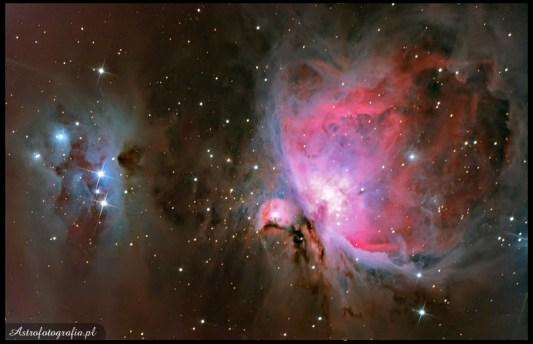 """Teleskop SkyWatcher, Newton 8"""" (200/1000), zmodyfikowany 300D 16x240s, montaż Takahashi EM200. Opis niech po części będzie nauką dla innych... Fotka w zasadzie nie miała być pokazana publicznie, ale co mi tam. Zrobiona z 13/14 więc to po części pewnie powód problemów Po pierwsze okazało się, że zabrałem tego wieczoru nie taką tubę jak należy, przez wiatr i słaby seeing fotografowanie newtonem 200/1000 było bezcelowe, no ale jako, że EDek został w domu trzeba było zamontować to co było pod ręką. Wiatr praktycznie rozwalał każdą eksp. ponieważ wiał z boku gwiazdka w RA skakała jak dzika o mniej więcej +/-13"""". Po godzinie udało mi się dobrać tak parametry guide, że błąd spadł do około 6"""", błąd zmalał ale wiatr wcale nie. Praktycznie każda więc fotka była poruszona. Po drugie, na totalnie zmrożonym gruncie, statyw musiał się jakimś cudem przestawić, przez co dryft z początkowo małego, zaczął rosnąć aż w ostatnich eksp. zdecydowanie nie był już pomijalnym czynnikiem. No i na koniec rozszyfrowałem swoje problemu z uciekającym jednym bokiem, następnego dnia sprawdziłem dokładnie kolimacje. Oczywiście sprzęt był nieźle """"rozjechany"""". Co zrobić, człowiek uczy się całe życie, a brak rutyny w astrofoto prowadzi do przeciętnych wyników. Nauczyłem się częściowo jak zaradzić problemy z wiatrem (przydadzą się dla krótszych ogniskowych), zmniejszenie agresywności guide do poziomu 10% znacznie poprawiło efektywność Fota to jedynie 15x4' ISO800 +5x20"""" iso400 - skracałem czas i podciągałem iso, żeby przy krótszych czasach nieco mniej łapać podmuchów wiatru; 200/1000, 300D mod. Ostatecznie jednak to brak kolimacji okazał się największą bolączką, Newtoniarze pamiętajcie o kolimacji lub jej sprawdzeniu przed każdą sesją."""
