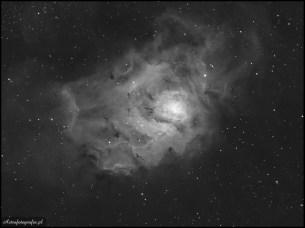 Teleskop Celestron 80ED + TV 0,8x (480mm), SBIG ST2000XM - 7x400s (Astrodon 6nm), montaż Takahashi EM200. M8 zazwyczaj pokazywana ze swoją towarzyszką M20 - na tym zdjęciu w paśmie Ha mamy możliwość zobaczyć jej bogatą strukturę wraz z ciemniejszymi pasmami pyłowymi oraz gorącym środkiem z nowopowstałych gwiazd. Obiekt nie potrzebujący polecenia. Niestety w polsce zawieszony nisko nad horyzontem, stąd najlepsze miesiące do sfotografowania nie zawsze pokrywają się z pogodą.