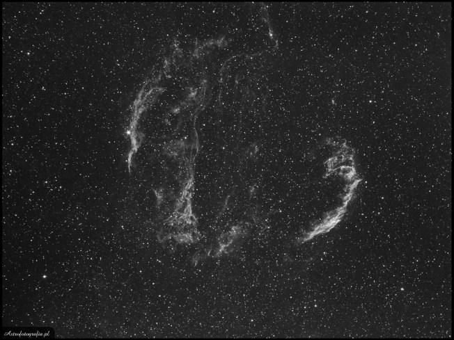 Obiektyw Pentacon 135/2,8 @ f:4,5, SBIG ST2000XM - 7x1200s. Ha, montaż Takahashi EM200. Mgławica Welon (NGC8992/95), oraz Miotła wiedźmy (NGC6960)(Veil, Witch's Broom) to obiekty do których każdy fotografujący powraca praktycznie co roku. Oba części tej mgławicy są widoczne również w obserwacjach wizualnych w teleskopach o aperturze około 15cm i zastosowaniem filtra OIII. Obiekt ten można fotografować od szerokiego pola pokazującego go na tle całego gwiazdozbioru, po zbliżenia na delikatny detal i strukturę.