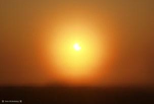 """W tym momencie mgła podniosła się i wszystko poza """"nadgryzionym"""" Słońcem było nieostre, krajobraz jak ze snu.... Olympus E20."""