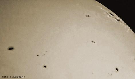 """Plama AR9393, jest największą plama jaką zarejestrowano w czasie szczytu 2000/2001 (stan na 3 kwietnia 2001) spowodowała ona Zorze widoczną na terenie Polski, jak również największy zarejestrowany rozbłysk od 1976 roku ! (2 kwietnia 2001 21:51UT). Plama jest widoczna na brzegu tarczy po lewej, aparat Olympus E10 czas 1/640 f:8, zdjęcie z projekcji okularowej na kartkę papieru, Uniwersał 13 (Cassegrain 8""""/3500)."""